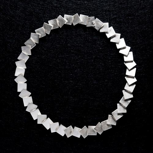 Halssmycke i silver av Niklas Ejve.