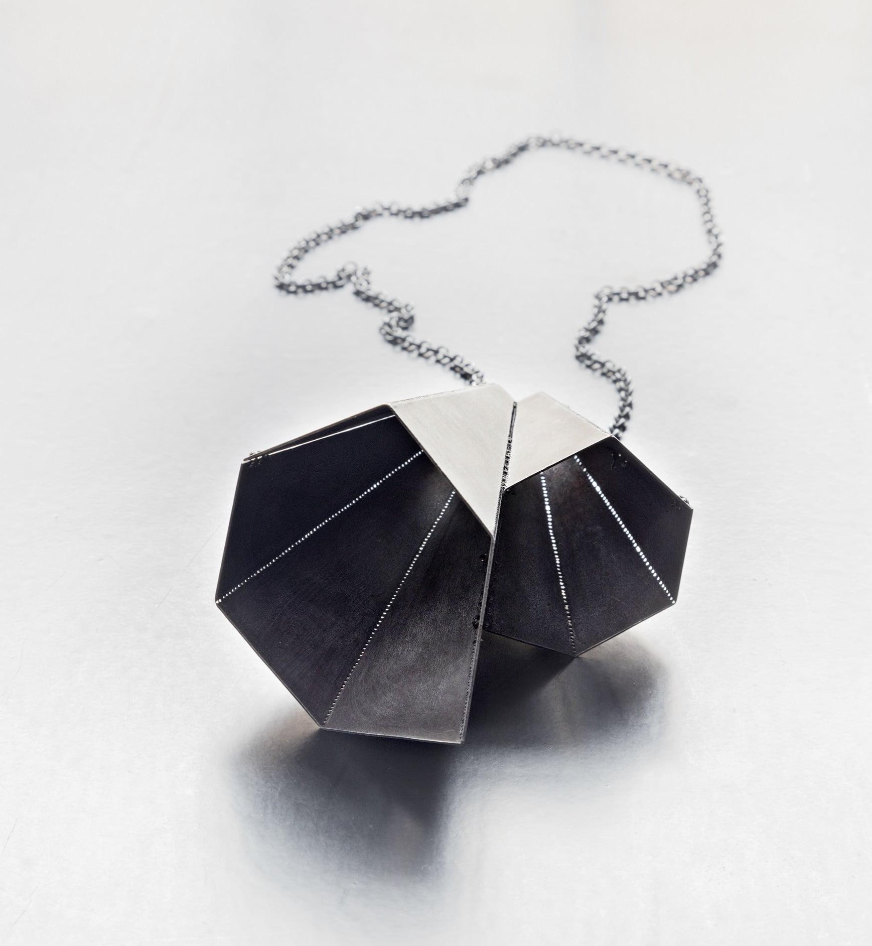Halssmycke av Helena Sandström i etsad zink och oxiderat silver.