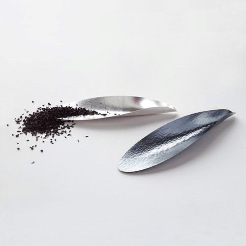 Teskopa i silver / oxiderat silver av Ingrid Bärndal.