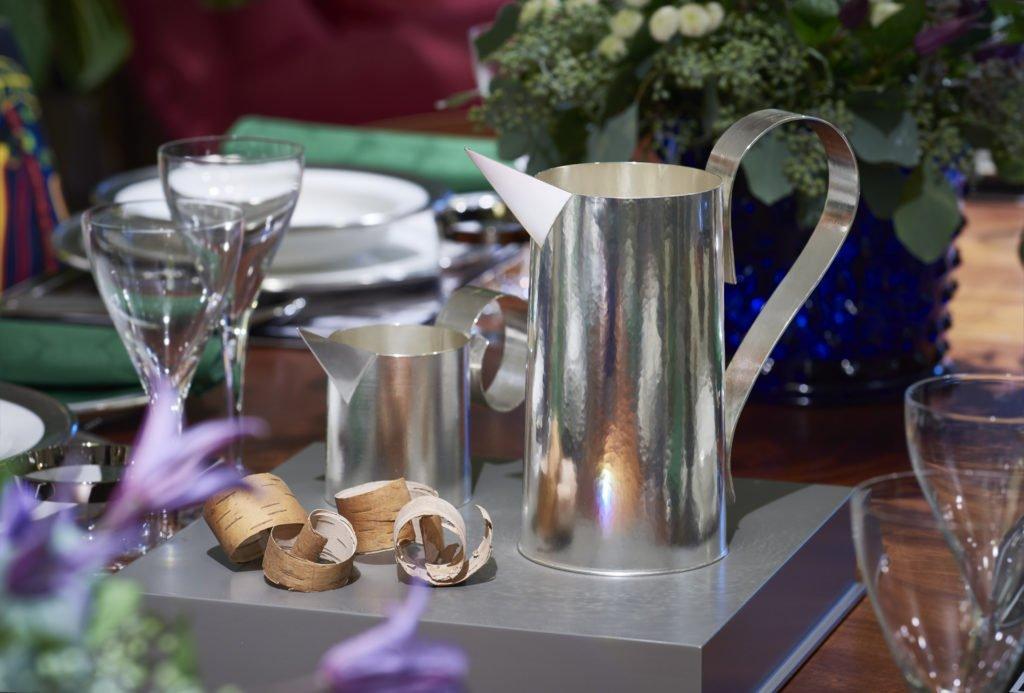 Nutida Svenskt Silver är en fest för öga, hand och själ. Silverkannor av Annika Daevel