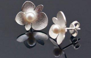 Begonia blommor av silver med sötvattenspärlor av Petronella Erikson