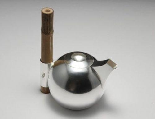 Kanna i silver med  bambu handtag av Erik Tidäng