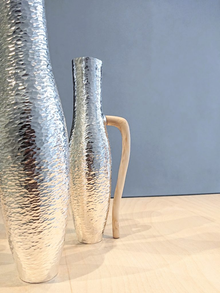 Silverobjekt med trädetalj av Elin Hedberg