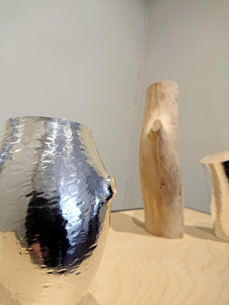 Silver och träobjekt av Elin Hedberg